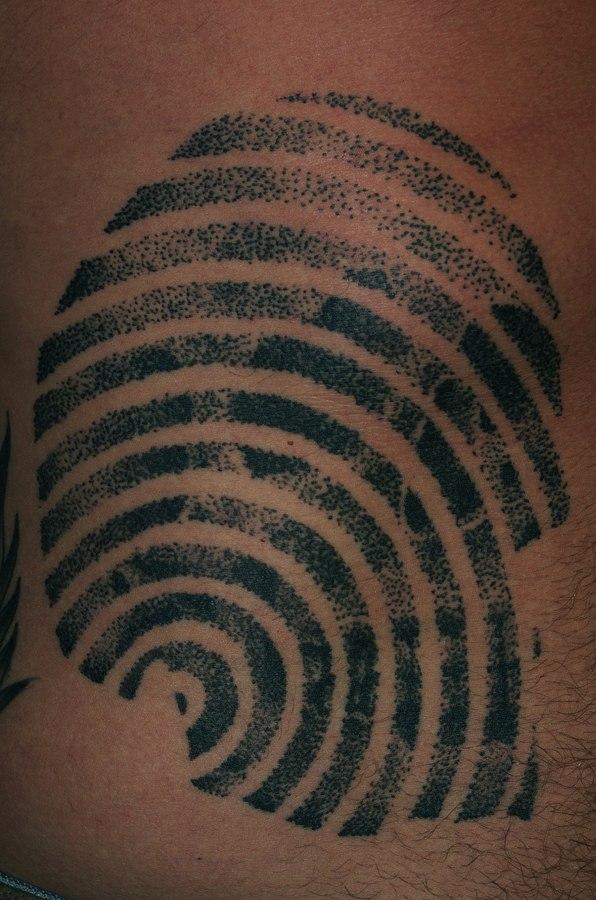татуировка череп на животе