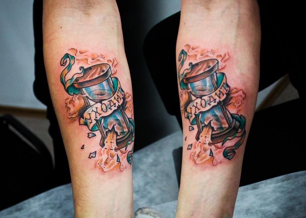 """Художественная татуировка """"Песочные часы"""". Мастер Денис Марахин. Расположение: предплечье."""