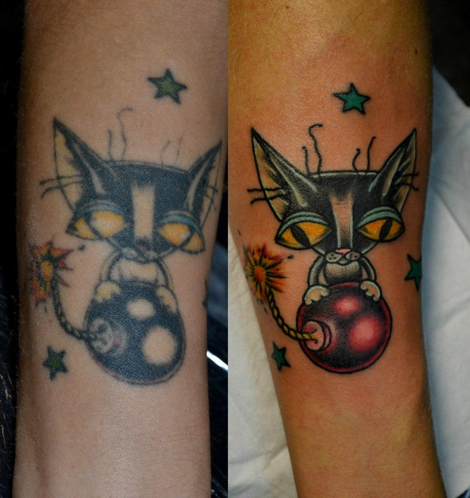 Татуировка кот на бомбе выполнена на предплечье. Исправление старой татуировки. Цветная миниатюрная татуировка. Один небольшой сеанс. Мастер - Виолетта Доморад. Тату студия Маруха.