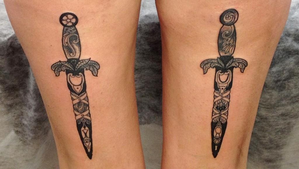 """Художественная татуировка """"Кинжалы"""". Мастер Николай Road Дорожный. Расположение: ноги."""