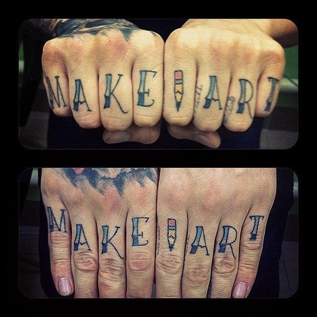 Татуировка на пальцах Make Art. Мастер Валера Моргунов.