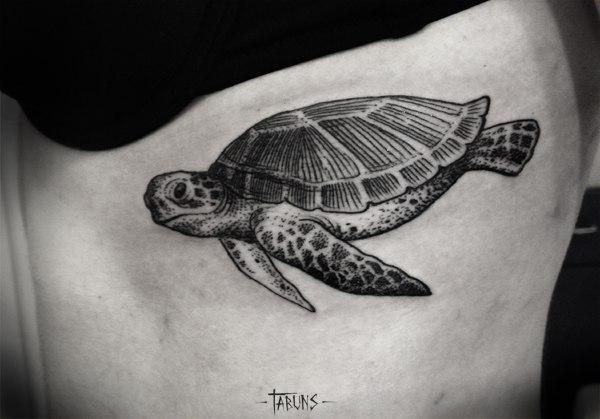 Графическая татуировка черепашки. Мастер Александра Табунс.