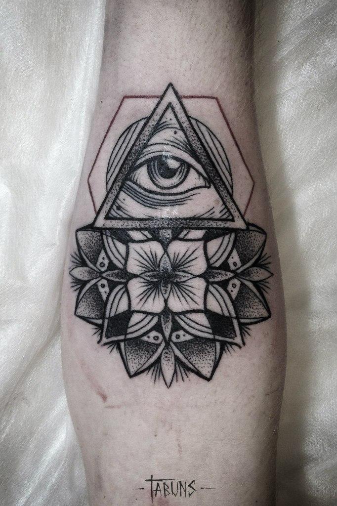 Художественная татуировка «Всевидящее око и мандала» от мастера Александры Табунс