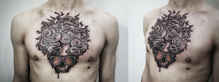 Художественная татуировка «Череп». Мастер Денис Марахин. Расположение: грудь.