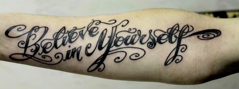 Татуировка надпись «believe in yourself». Мастер Ксения Волчок.