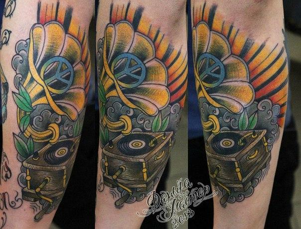 Художественная татуировка «Граммофон» от Данилы-мастера.