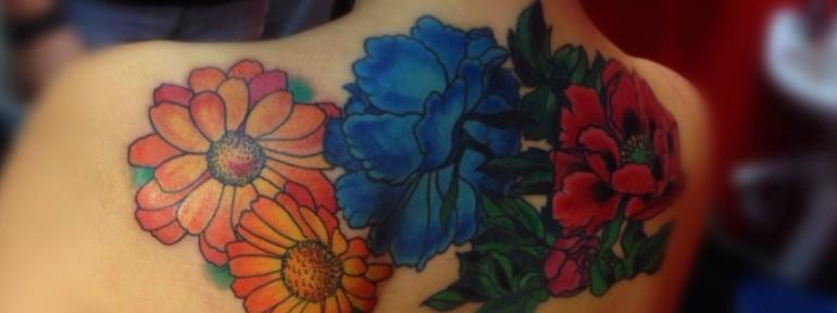 Татуировка «цветы». Выполнена на спине. Мастер Артем Михайлюта.