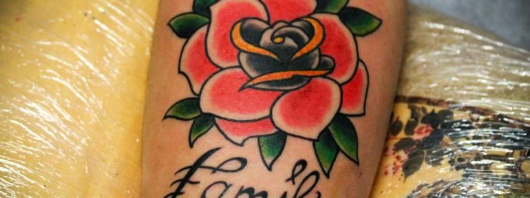 Художественная татуировка «Роза». С надписью «Family». Мастер Денис Марахин.