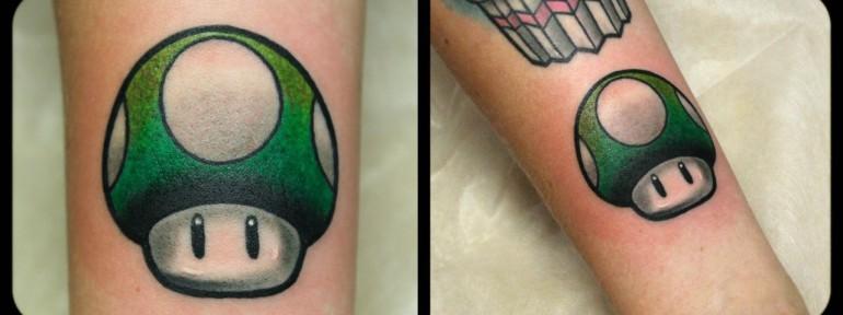 Художественная татуировка «Гриб из Марио». Мастер Денис Марахин.