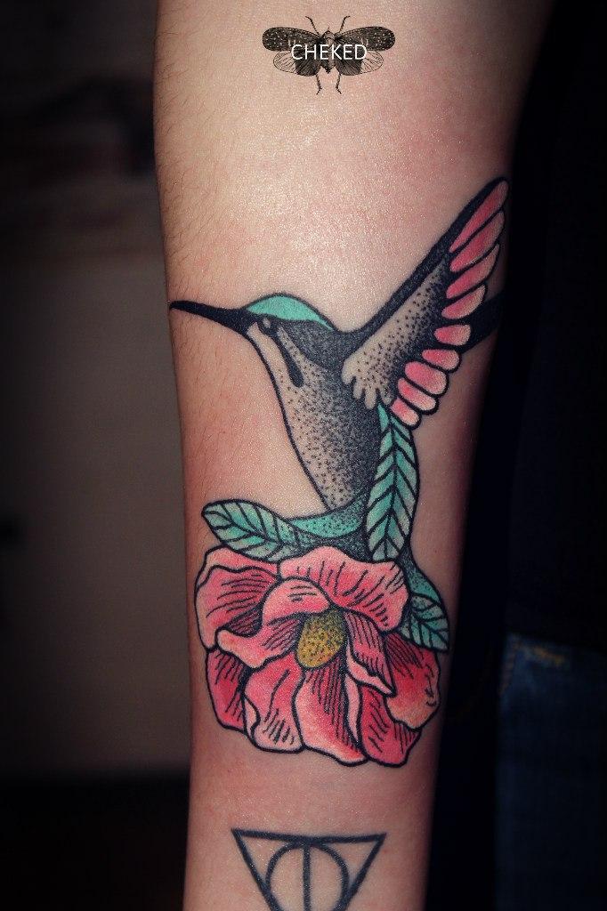 Художественная татуировка «Колибри с цветком». Мастер Алиса Cheked.