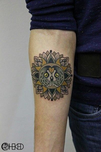 Художественная татуировка «Сова в мандале» от Алисы Чекед