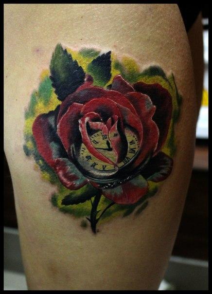 Художественная татуировка «Роза с часами» в исполнении Сергея Хоррора
