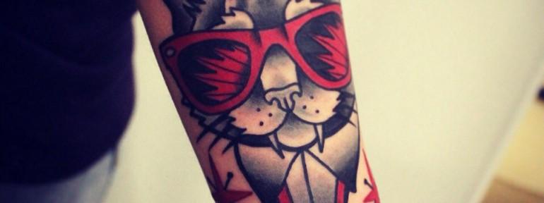 Художественная татуировка «Кот в очках». Мастер Денис Марахин.