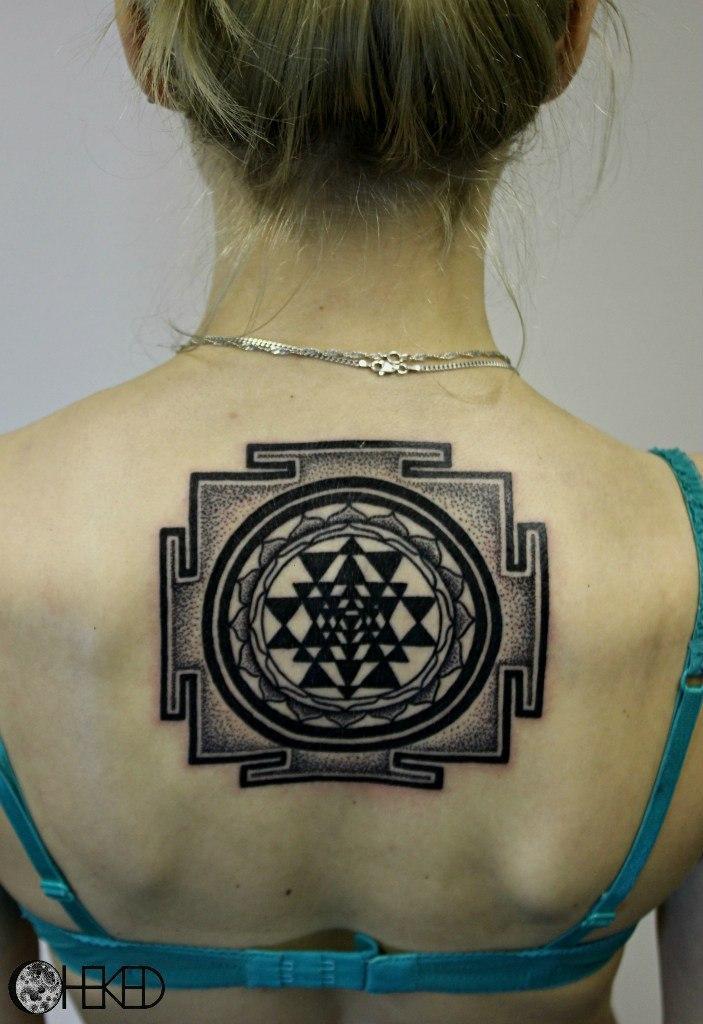 Художественная татуировка «Шри янтра». Мастер Алиса Чекед.