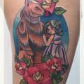 """Художественная татуировка """"Медведь и девочка"""". Мастер Катя Луч. По собственному эскизу. Время работы: два сеанса по 3 часа. Расположение: бедро."""