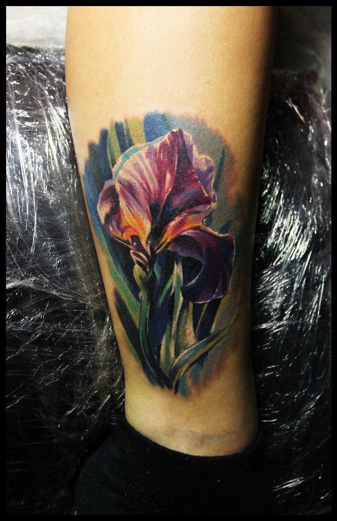 Художественная татуировка «Ирис» от Сергея Хоррора.