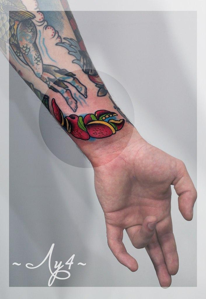 Художественная татуировка «Крабъя клешня». Мастер Катя Луч.