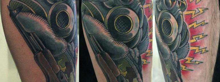 Художественная татуировка «Человек в респираторе» от Данилы-мастера.