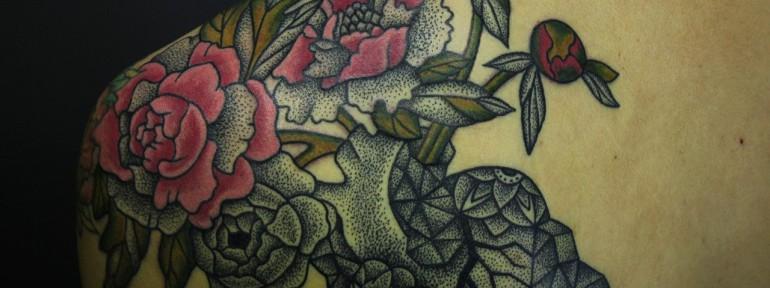 Художественная татуировка «Пионы». Мастер Алиса Чекед.