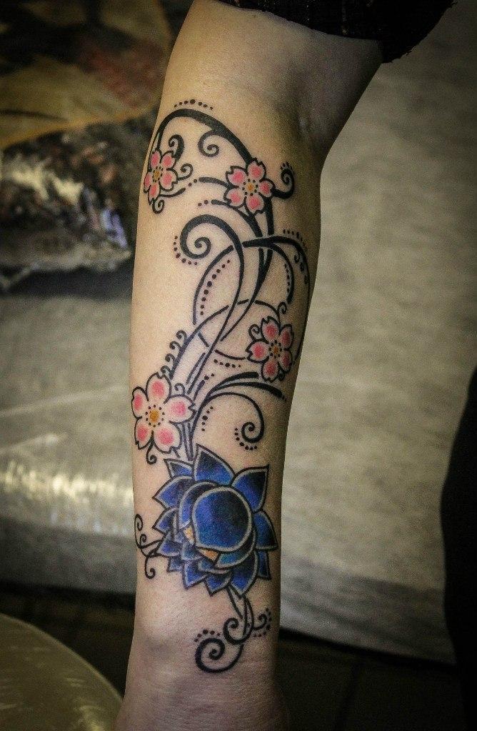 Художественная татуировка «Узор с цветами» от Ксении Волчок.
