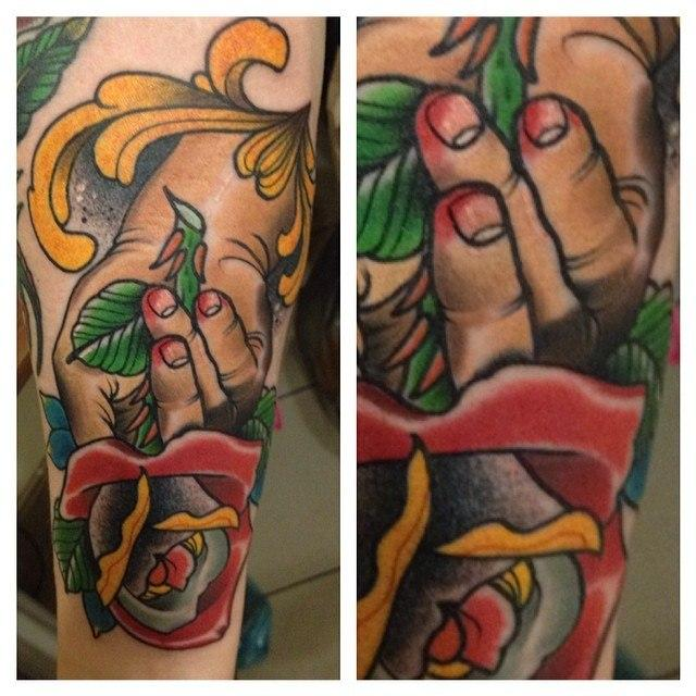 Художественная татуировка «Роза в руке». Мастер Александр Сода Николаев.