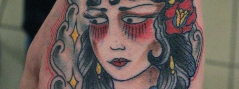 Художественная татуировка «Девушка» от Данилы-мастера.