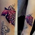 """Художественная татуировка """"Гроздь винограда"""". Мастер Саша Unisex. Работа выполнена на предплечье девушки за 1,5 часа по собственному эскизу мастера."""