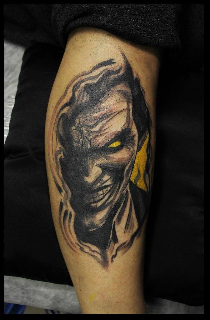 Художественная татуировка «Джокер» от мастера Сергея Хоррора.