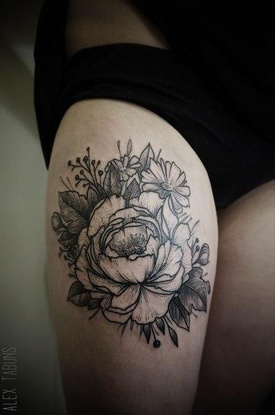 Художественная татуировка «Цветы». Мастер Саша Табунс.