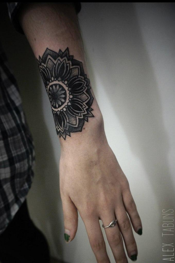 Художественная татуировка «Мандала» от Саши Табунс