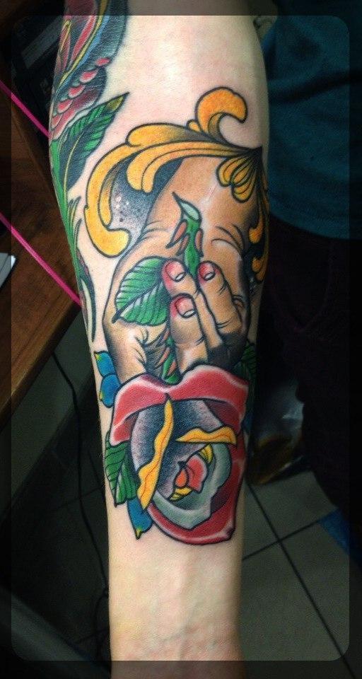 Художественная татуировка «Роза в руке» от мастера Александра Соды