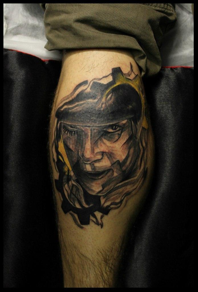 Художественная татуировка «Заводной апельсин» от мастера Сергея Хоррора.