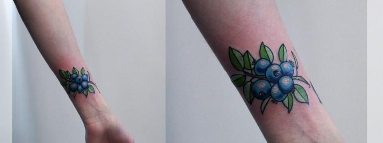 Художественная татуировка «Черника». Мастер Катя Луч.