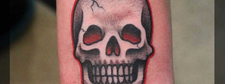 Художественная татуировка миниатюра «Череп». Мастер Павел Заволока.