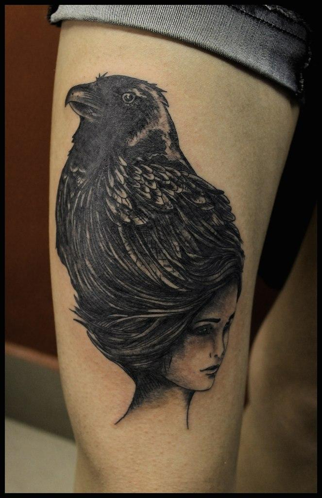 Художественная татуировка «Девушка-ворон». Мастер Андрей Бойцев.