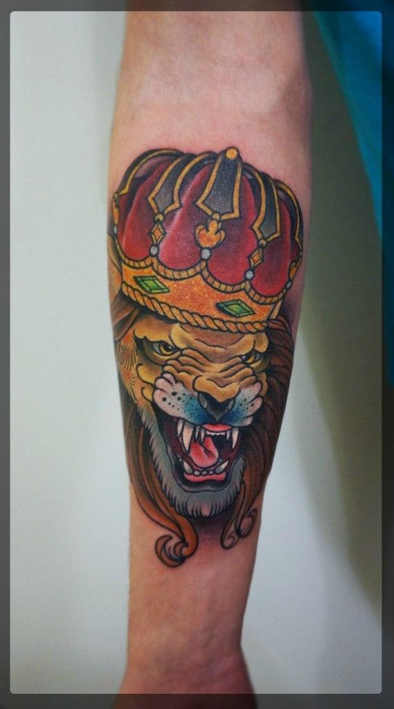 Художественная татуировка «Лев в короне» от мастера Александра Соды