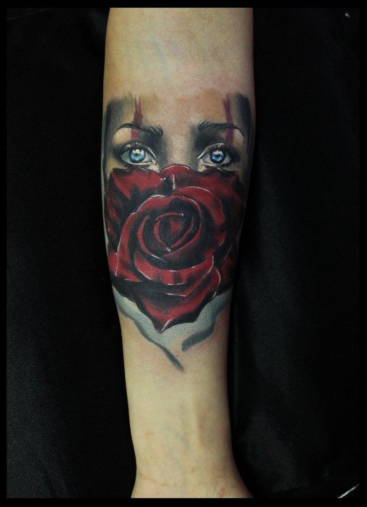 Художественная татуировка «Девушка с розой». Мастер Сергей Хоррор.