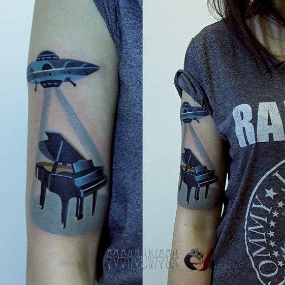 Художественная татуировка «НЛО крадет рояль». Мастер Саша Unisex.