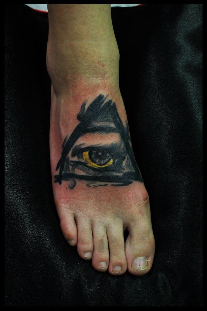 Художественная татуировка «Всевидящее око». Мастер Сергей Хоррор.
