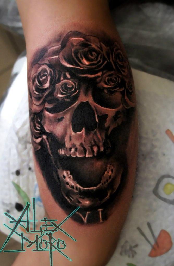 Художественная татуировка «Череп в розах» от Александра Морозова