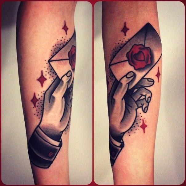 Художественная парная татуировка «Рука с конвертом».