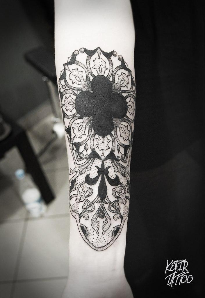 Перекрытие старой татуировки узорами в готическом стиле от Инессы