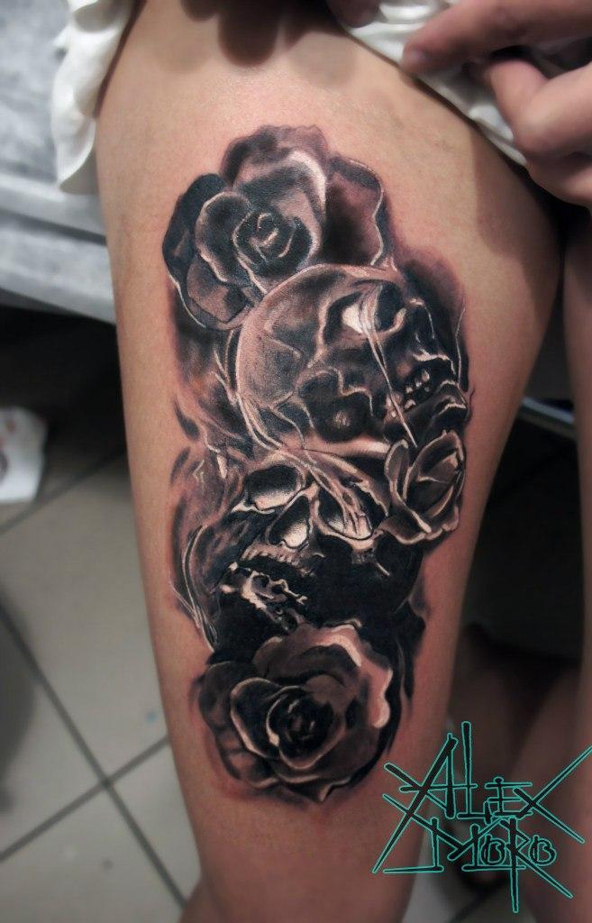Художественная татуировка «Черепа и розы» от Александра Морозова