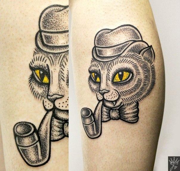 Художественная татуировка «Кот с трубкой». Мастер Ксения Соколова.