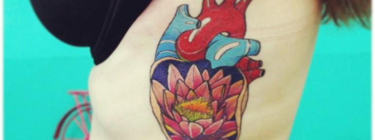Художественная татуировка «Сердце с лотосом». Мастер Саша Новик.