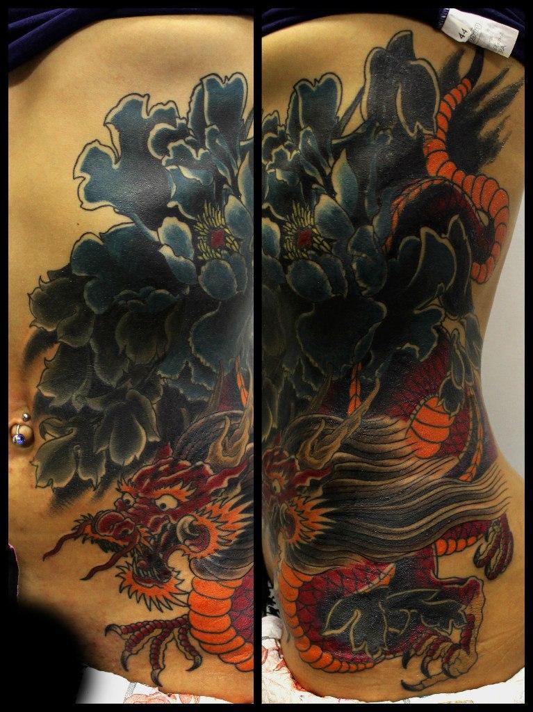 Художественная татуировка «Дракон и цветы». Мастер Андрей Бойцев.