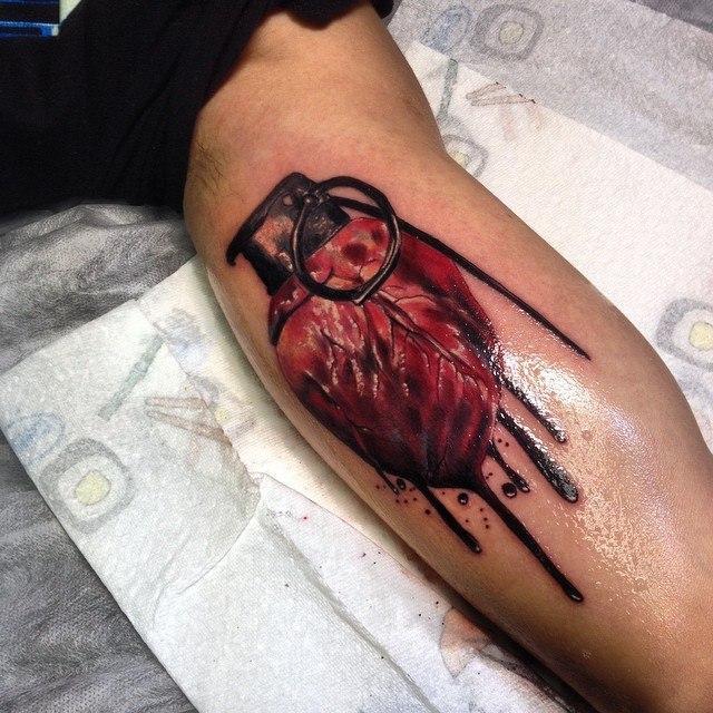 Художественная татуировка «Сердце-граната» от Сергея Хоррора.