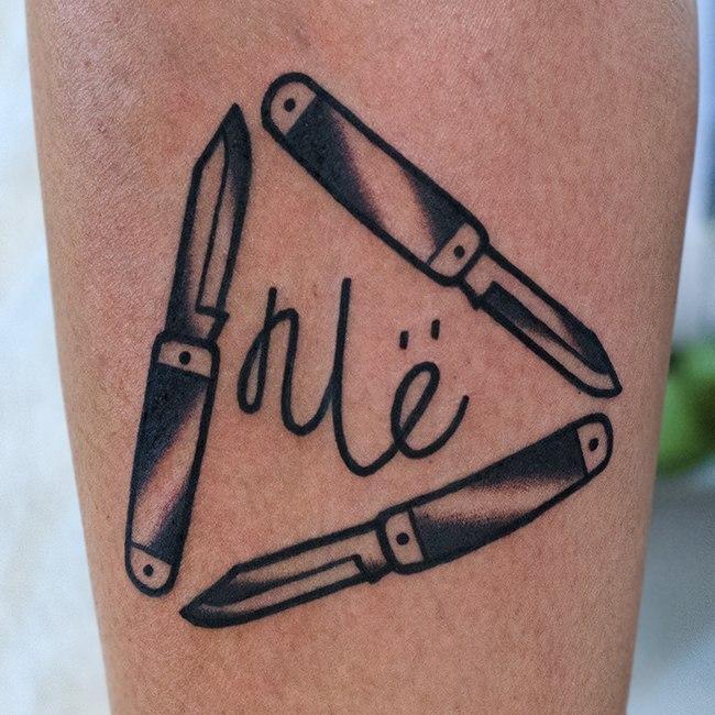Художественная татуировка «Ножи». Мастер Даниил Костарев.