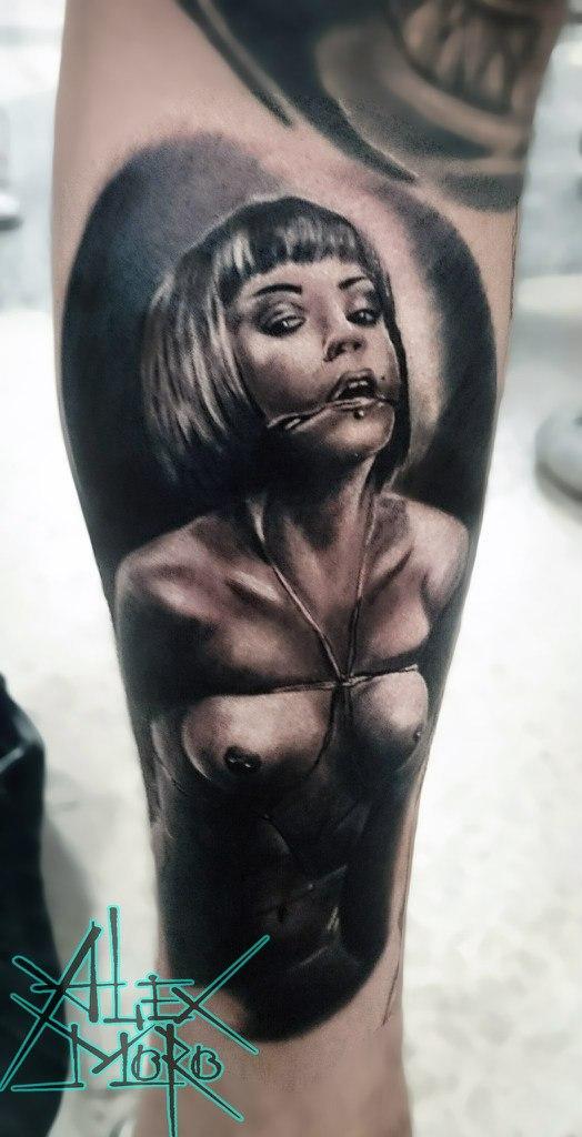 Художественная татуировка «Связанная девушка» от Александра Морозова