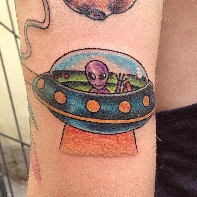 Художественная татуировка «Летающая тарелка», элемент рукава. Мастер Павел Заволока.